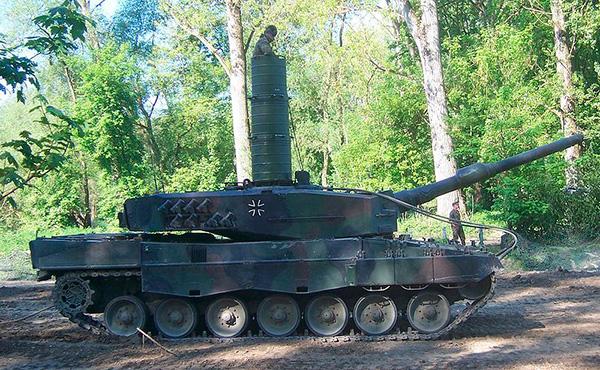 Танк Леопард 2 с установленной трубой-лазом