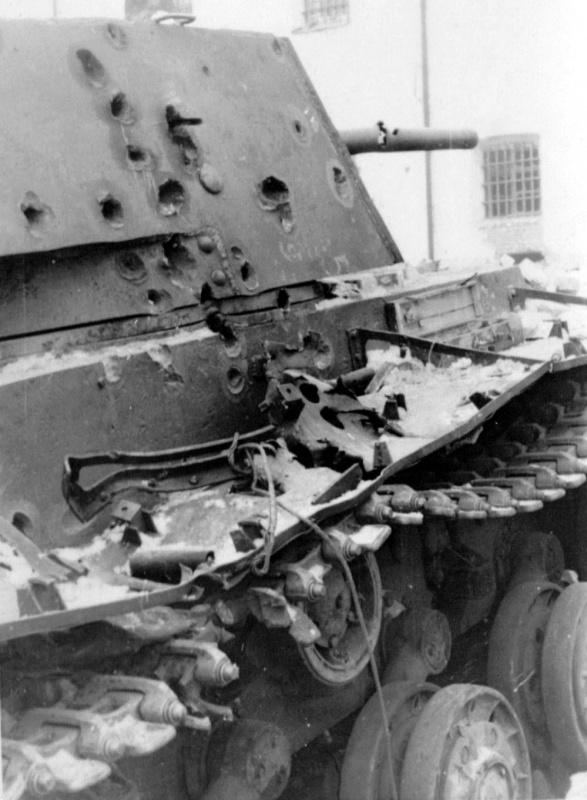 Подбитый у тюрьмы города Венев советский танк КВ-1