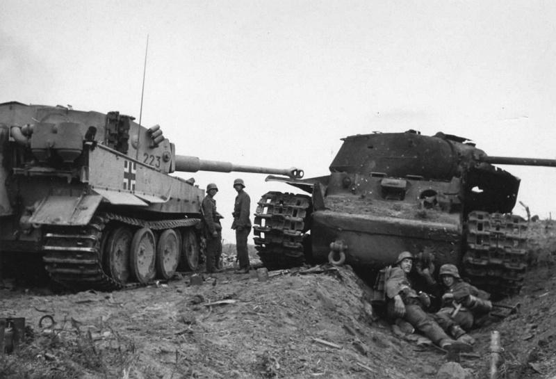 Немецкий танк Pz.Kpfw. VI «Тигр» № 223 из 502-го тяжелого танкового батальона у подбитого советского танка КВ-1С в районе Ладожского озера