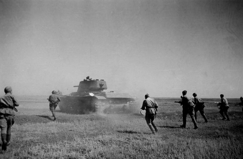 Атака советских танков КВ-1 Сталинградского фронта при поддержке пехоты