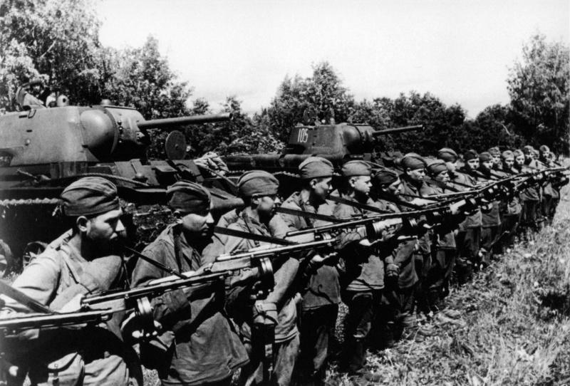Подразделение советских автоматчиков перед боем. За строем солдат два советских тяжелых танка КВ-1 проекта 1942 года