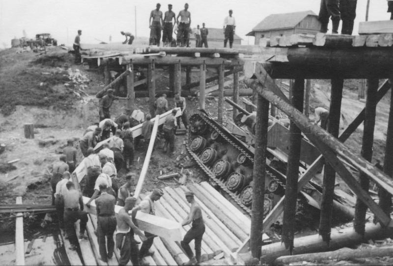 Немецкие саперы строят мост над провалившимся советским танком КВ-1