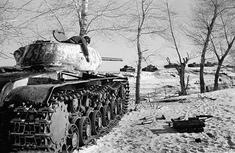 После боя. Расстрелявший немецкую танковую колонну советский танк КВ-1C (скоростной) и его погибший танкист. Воронежский фронт