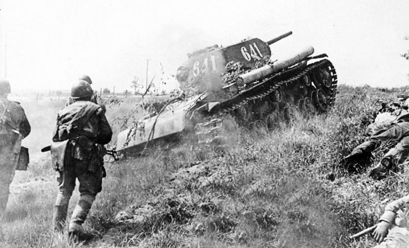 Автоматчики-гвардейцы офицера Афанасьева идут за танками КВ-1 в наступление. Карельский перешеек