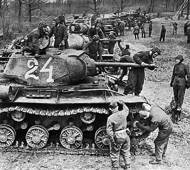 Танкисты 6-го гвардейского танкового полка прорыва осваивают новые танки КВ-1С