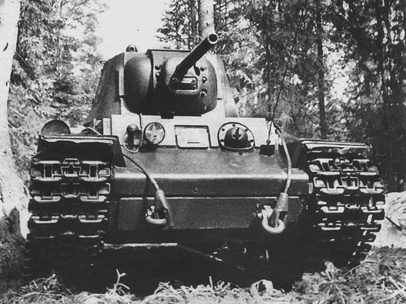 Советский танк КВ-1 движется в лесу