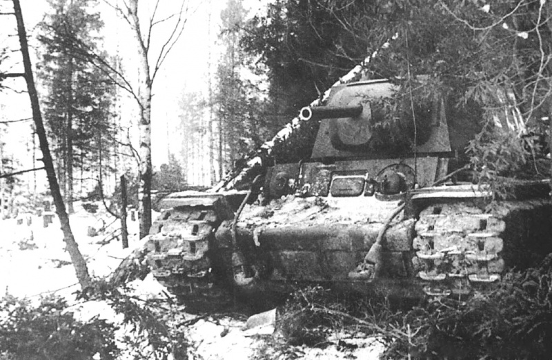 Замаскированный танк КВ-1 в лесной засаде во время битвы за Москву