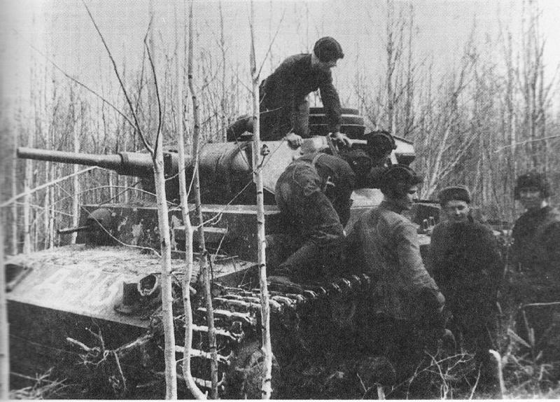 Трофейный танк Pz.Kpfw. III из состава советского 107-го отдельного танкового батальона. Волховский фронт, апрель 1942 года.