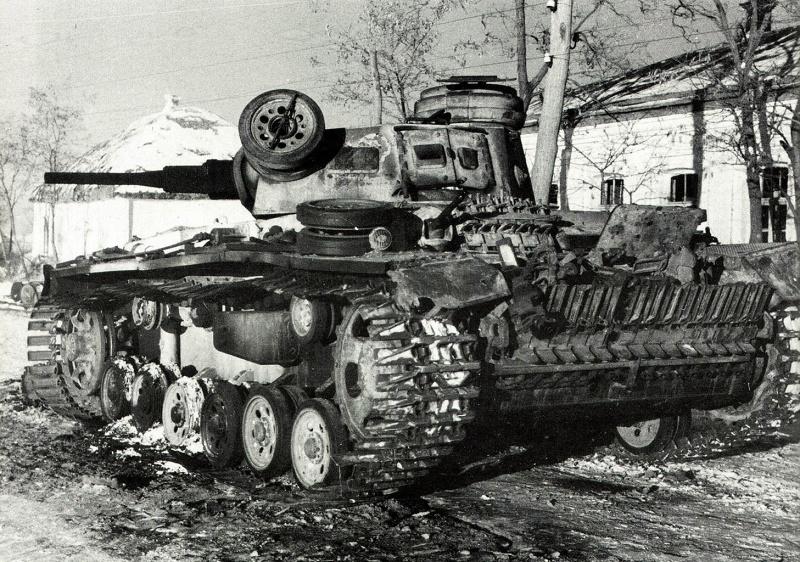 Подбитый немецкий танк Pz.Kpfw. III Ausf. J ранних серий 9-й танковой дивизии вермахта, оснащенный так называемыми «восточными» гусеницами (Ostketten). Зима 1942—1943 г.