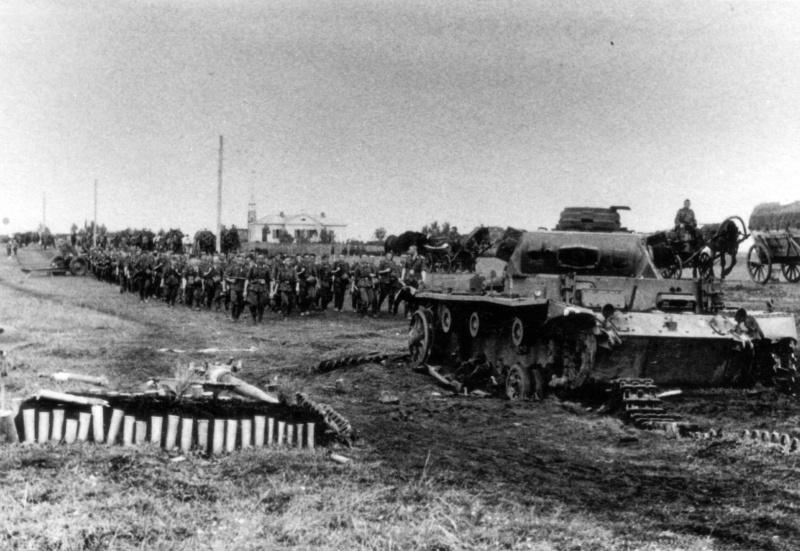 Подбитый в районе Бобруйска немецкий танк Pz.Kpfw. III и могила экипажа рядом с ним.