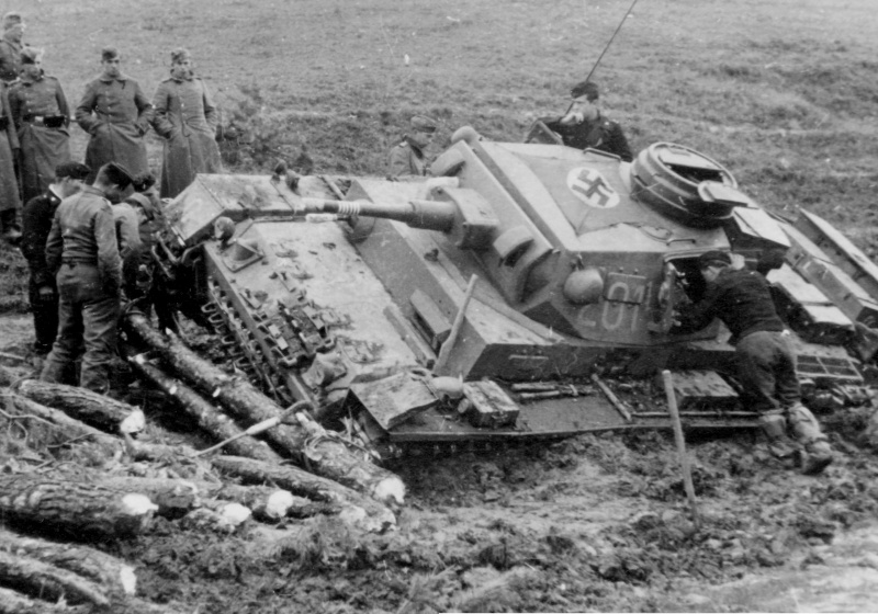 Немецкие солдаты вокруг застрявшего в грязи средного танка Pz.Kpfw.III Ausf.J