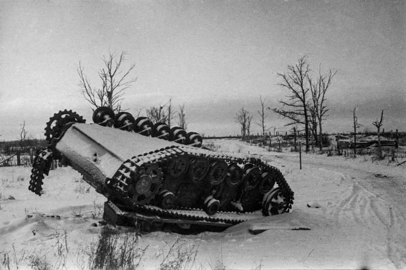 Немецкий танк Pz.Kpfw. III, подбитый и опрокинутый на Восточном фронте.