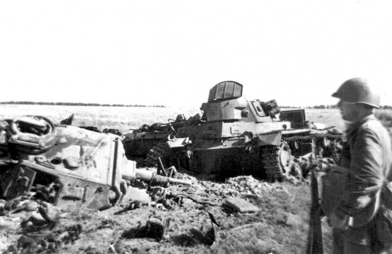 Красноармейцы осматривают немецкие танки Pz. Kfpw. III, подбитые под Могилевом. Машины были подбиты подразделениями 388-го стрелкового полка.