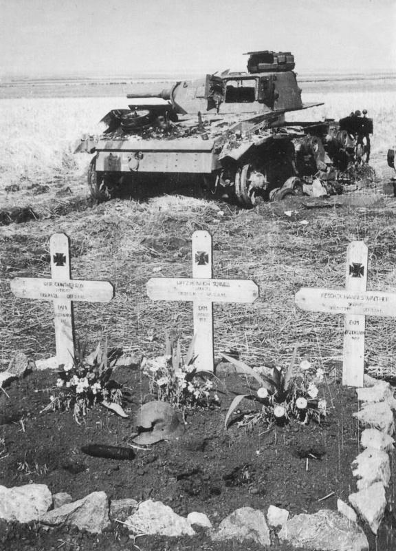Могила немецких танкистов на фоне их уничтоженного танка Pz.Kpfw. III. Фотография сделана в полосе действия 9-й <a href='https://arsenal-info.ru/b/book/4274175115/12' target='_self'>немецкой танковой дивизии</a> 1-й танковой группы, принадлежавшей к группы армий «Юг». На крестах — дата смерти 2 августа 1941 г.