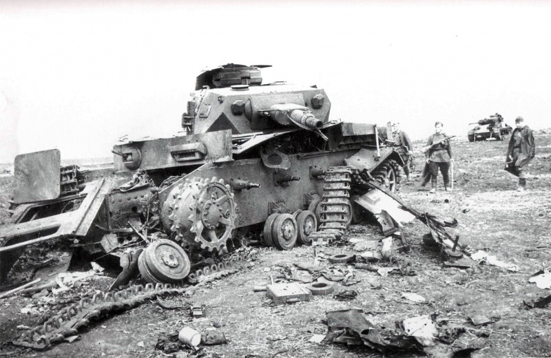 Артиллеристы советской 6-й танковой бригады осматривают подбитые немецкие танки Pz.Kpfw. IV (на переднем плане) и Pz.Kpfw. III. Юго-Западный фронт.