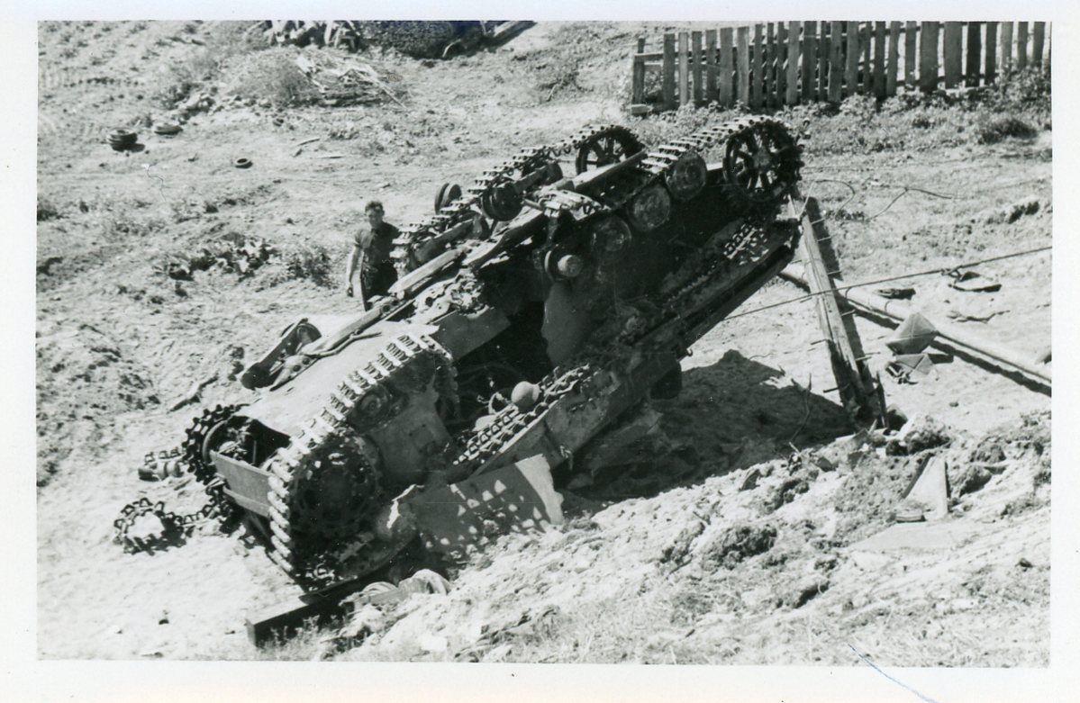Уничтоженный на Восточном фронте немецкий средний танк Pz.Kpfw. IV, лежащий перевернутым на обочине дороги.