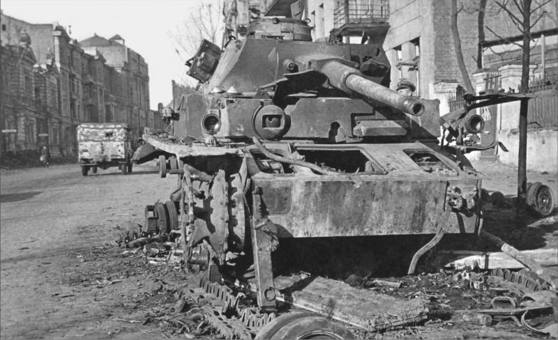 Танк Pz.Kpfw. IV Ausf. G (бортовой номер 727) 1-й танково-гренадерской дивизии «Лейбштандарт СС Адольф Гитлер». Машина была подбита артиллеристами 4-й батареи 595-го истребительно-противотанкового артиллерийского полка