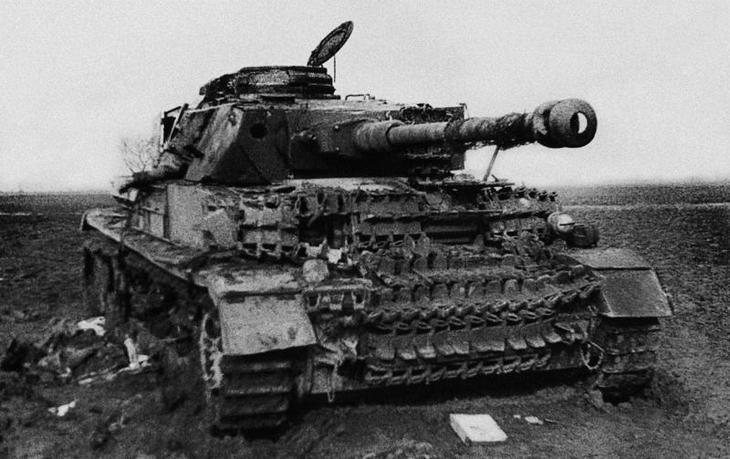 Подбитый в боях под Бреслау и полностью сгоревший средний танк Pz.Kpfw.IV Ausf. H позднего выпуска