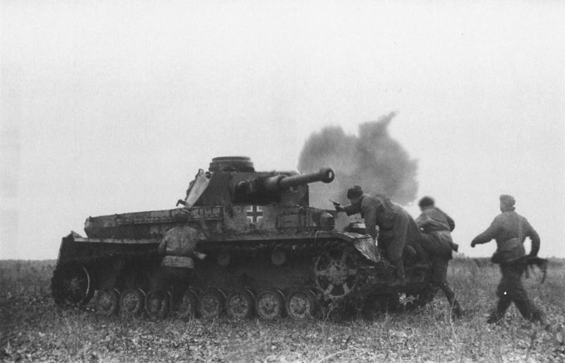 Красноармейцы захватывают подбитый на поле боя в районе Моздока немецкий танк Pz.Kpfw. IV Ausf F-2. У танка отсутствует курсовой пулемет.