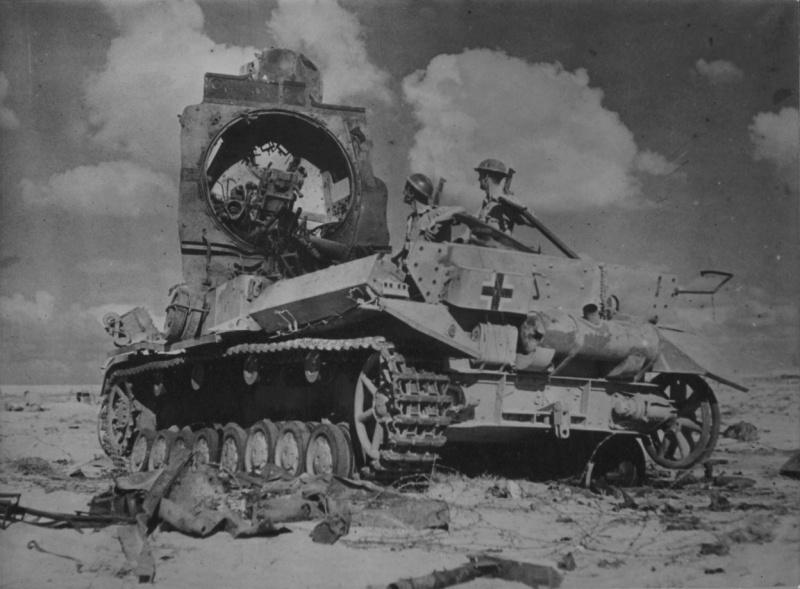Два британских солдата осматривают взорванный немецкий танк Pz.Kpfw.IV в пустыне северной Африки