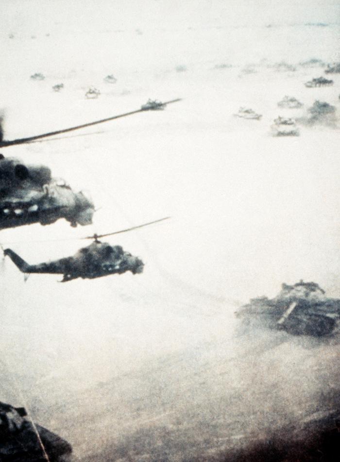 Советские танки Т-62 проводят операцию в Афганистане. 1984 год