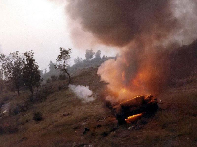 Горящий сирийский Т-62 в ходе сражения за Джеззину, 8 июня 1982 года