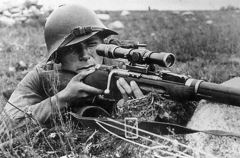 Советский снайпер ведет огонь из винтовки Мосина с прицелом ПЕ. Август 1941 года.