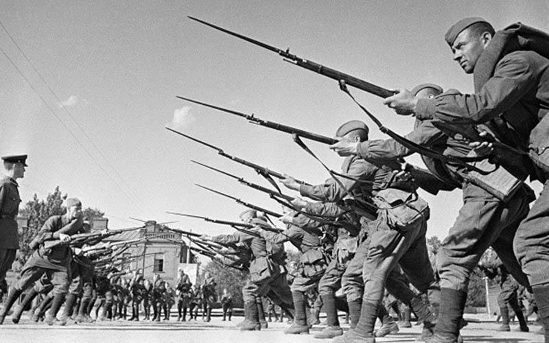 Красноармейцы отрабатывают навыки штыкового боя.
