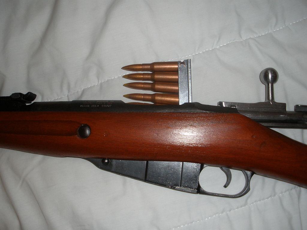 Снаряжение магазина винтовки из обоймы.