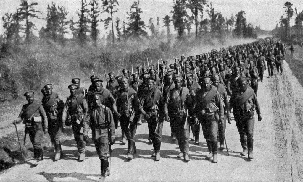Русская пехота на марше. Видно, что у большинства стрелков штыки примкнуты.