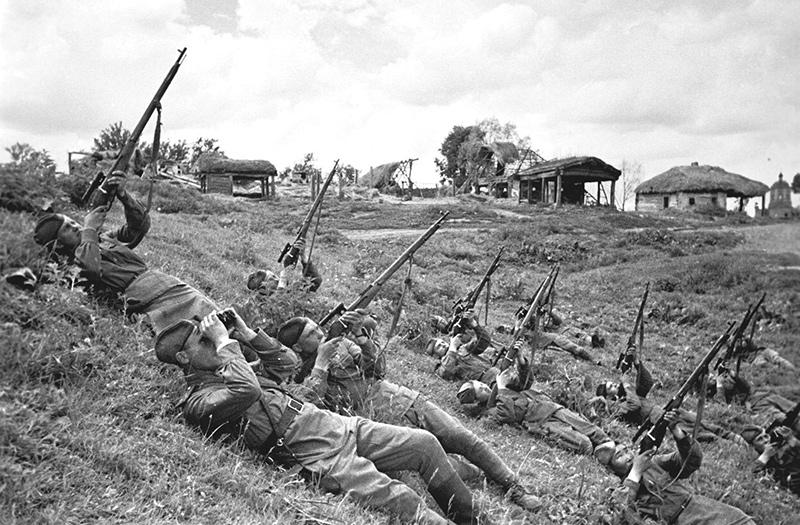 Советские солдаты стреляют во вражеский самолет, июнь 1943 года.