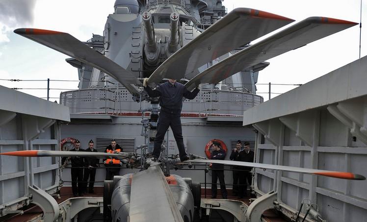 Спуск вертолета в трюм на борту крейсера 'Петр Великий'