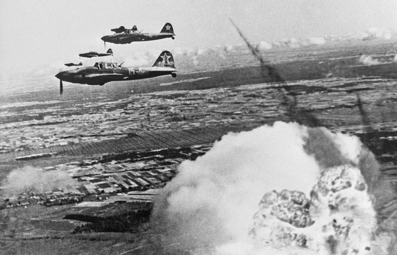 Советские штурмовики Ил-2 наносят удар по противнику в Померании
