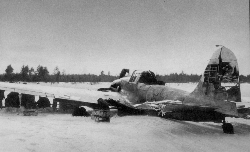 Сильно поврежденный одноместный штурмовик Ил-2, сумевший дотянуть до своего аэродрома и севший «на брюхо».