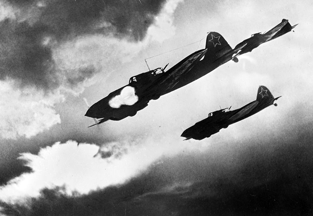 Советские летчики на самолетах Ил-2 атакуют колонну противника