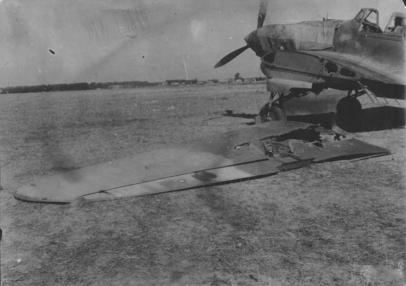 Замена поврежденного крыла штурмовика Ил-2 гвардии старшего лейтенанта С.И. Кузнецова после возвращения с боевого задания.