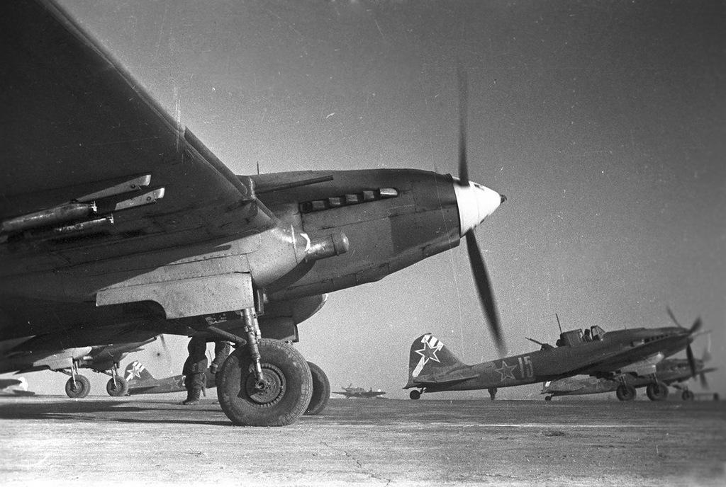 Советские самолеты-штурмовики Ил-2 вылетают на боевое задание под Сталинградом. Январь 1943 год.