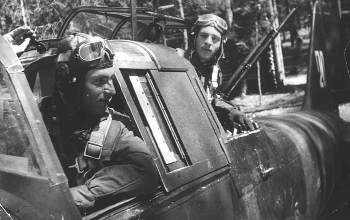 Летчик, командир эскадрильи штурмовиков Ил-2 Петров Е.Н. и воздушный стрелок Бродский Г.С. Калининский фронт, май 1943 г.