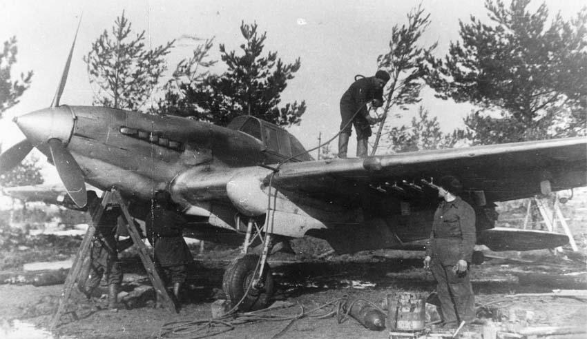 Техники готовят штурмовик Ил-2 к вылету на полевом аэродроме. Ил-2 первых серий, построен на заводе №381.
