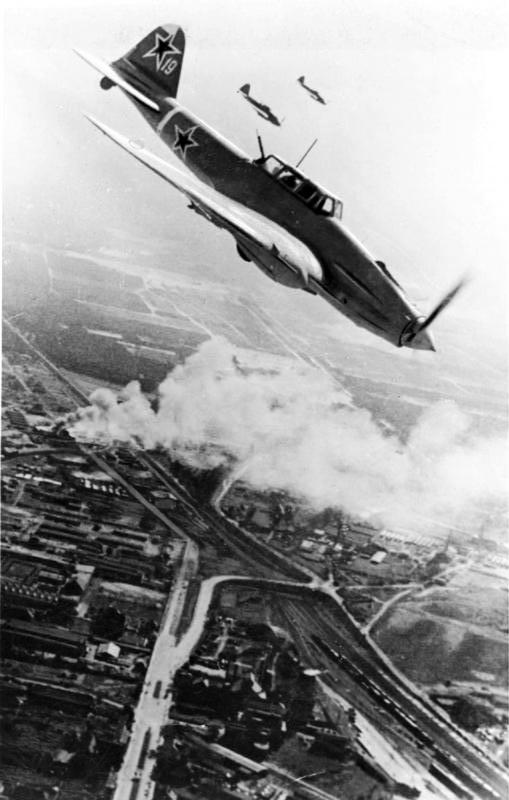Звено штурмовиков Ил-2 140-го гвардейского штурмового авиационного полка в небе над Берлином