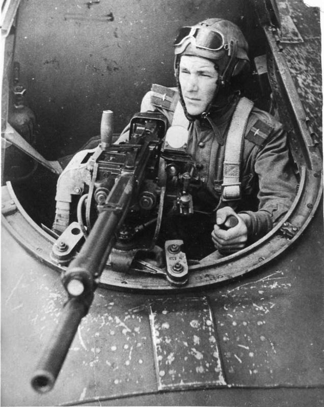 Флагманский (самолета командира полка) воздушный стрелок советского штурмовика Ил-2 старшина П. Шуляков.