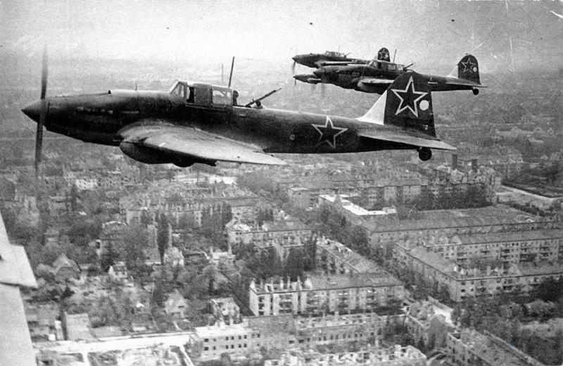 Звено Ил-2М над Берлином в 1945 году