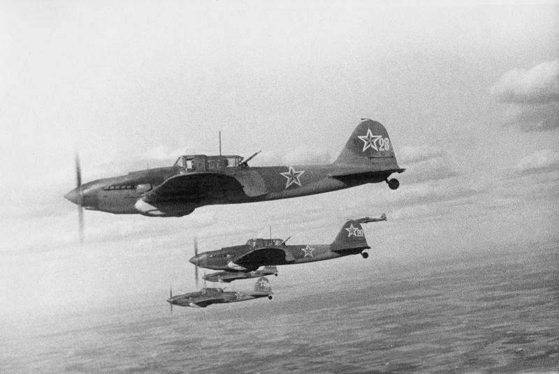 Звено штурмовиков Ил-2 из состава 6-го гвардейского штурмового авиаполка во время боевого вылета