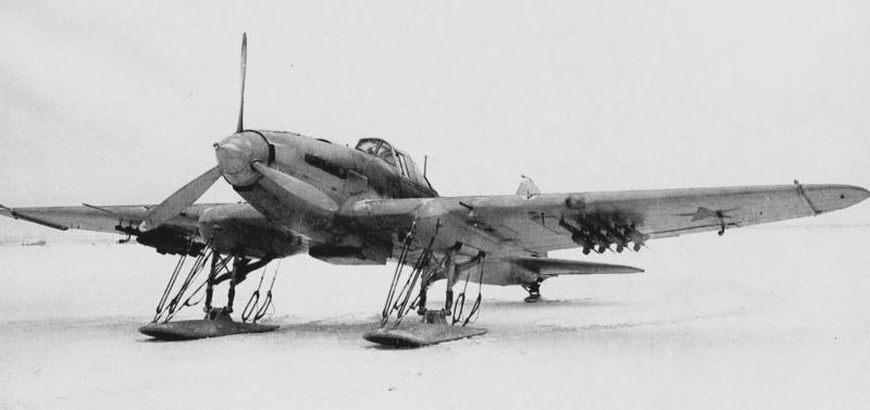 Советский штурмовик Ил-2 на лыжном шасси. Под крыльями штурмовика подвешены реактивные снаряды РС-132. Зима 1941—1942 гг.
