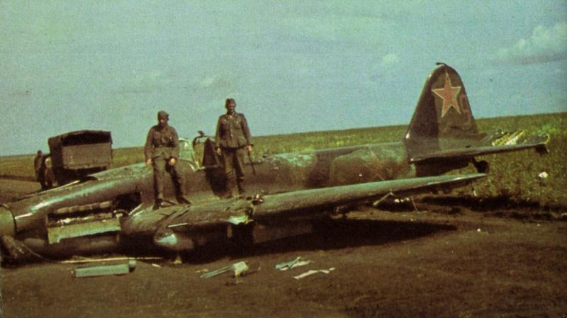 Немецкие солдаты на сбитом советском самолете-штурмовике Ил-2