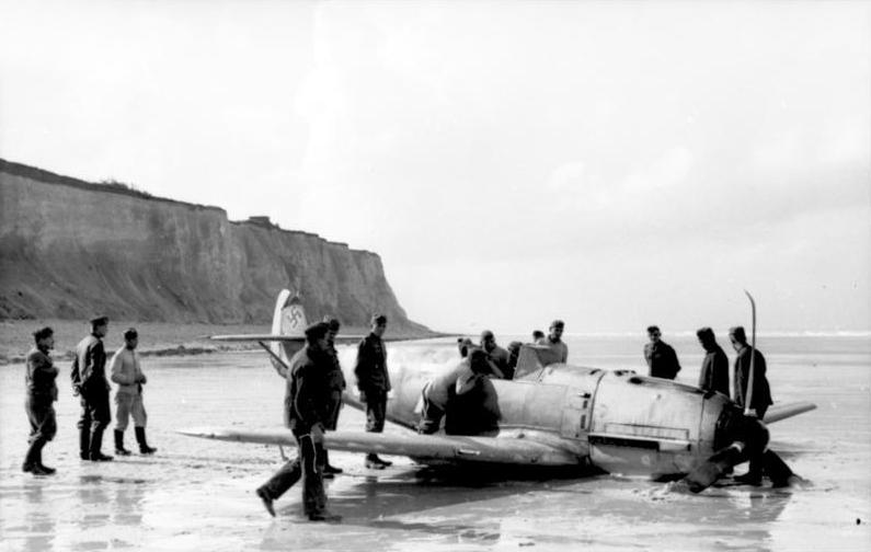 Повреждённый Bf-109, совершивший аварийную посадку на французском побережье, лето 1940 года.