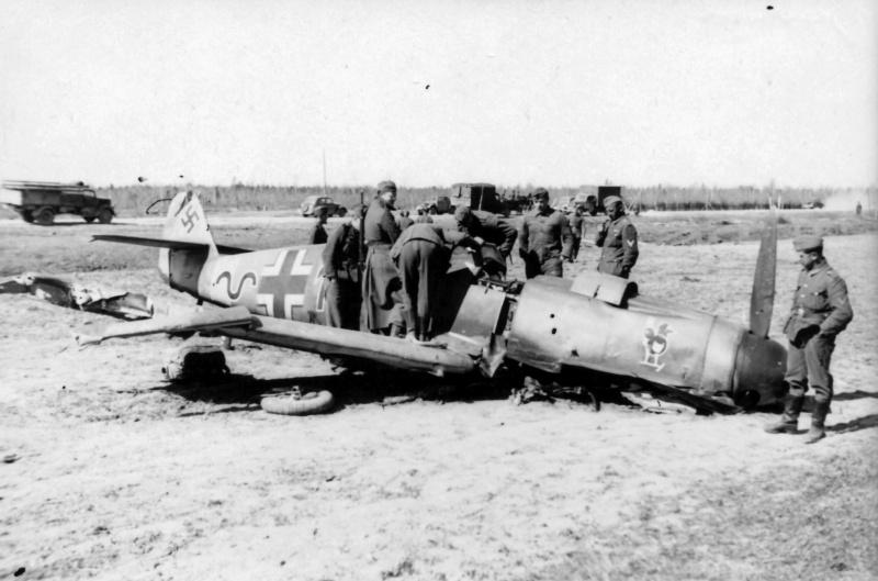 Солдаты вермахта осматривают сбитый истребитель Мессершмитт Bf-109F-4 (Messerschmitt Bf-109F-4)