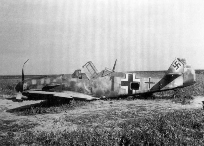Совершивший аварийную посадку 26 июля 1941 года немецкий истребитель Мессершмитт Bf.109 (Messerschmitt Bf.109F-2)