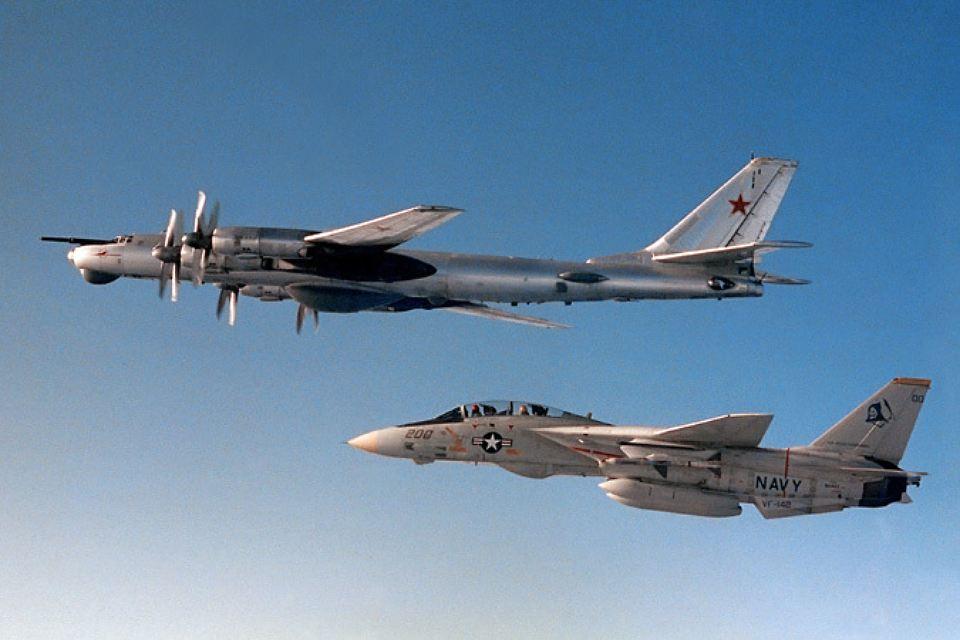 Палубный истребитель F-14A «Томкэт», базирующийся на атомном авианосце «Дуайт Эйзенхауер», сопровождает советский стратегический бомбардировщик Ту-95