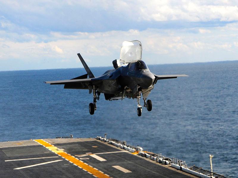 F-35B совершает вертикальную посадку на палубу десантного корабля «Уосп»